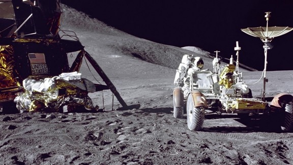 Ay Yüzeyinde Astronot