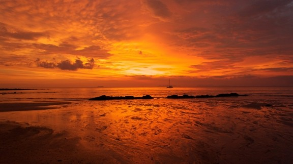 Günbatımı Kızıl Gökyüzü ve Plaj