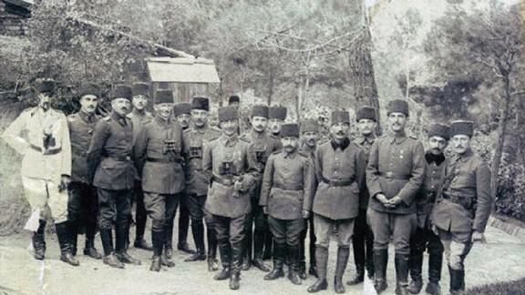 Albay Cevat Bey Karargahı ve Subayları